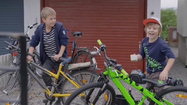 Hugo (Petter Mortensen, re.) hat Marlon (Martin Evensen, li.) gestanden, dass er in Alice verknallt ist.   | Rechte: WDR/NRK Super/Beta Film GmbH