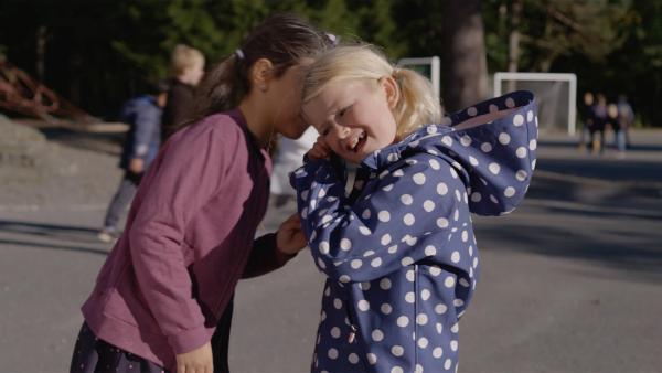 Ceren flüstert Alice (Olivia Jørgensen) das Geheimnis zu. | Rechte: WDR/NRK Super/Beta Film GmbH