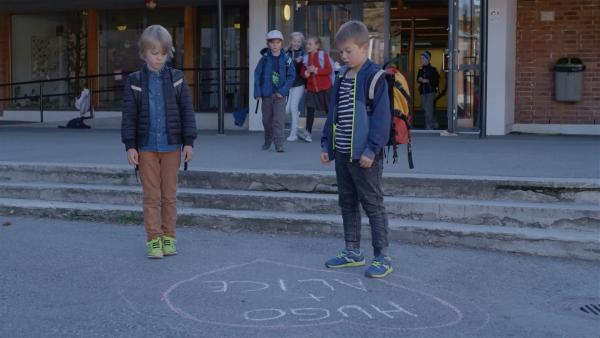 Hugo (Petter Mortensen, hi.), Marlon (Martin Evensen, re.) und Sander (Leon Rørtveit Sølland) sind entsetzt: Jetzt wissen alle von Hugos Geheimnis! | Rechte: WDR/NRK Super/Beta Film GmbH