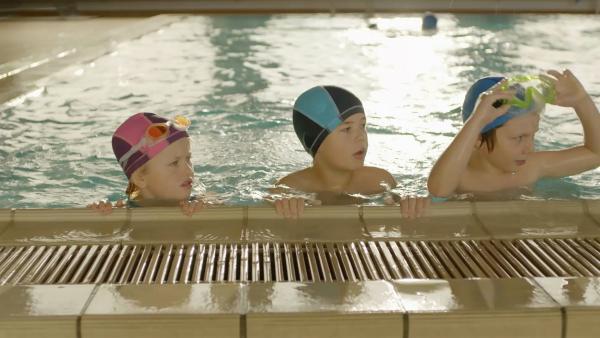 Alice (Olivia Jørgensen, li.), Marlon (Martin Evensen, Mi.) und Hugo (Petter Mortensen, re.) sind echte Wasserratten.  | Rechte: WDR/NRK Super/Beta Film GmbH