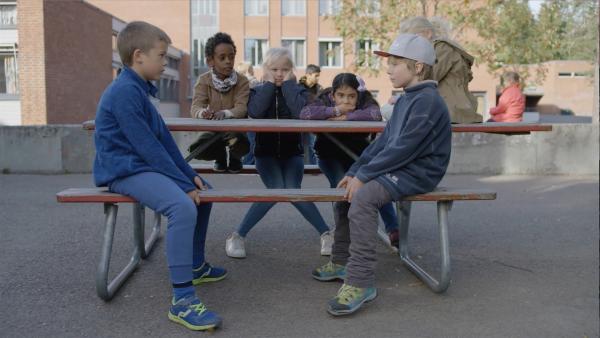 Youssef (Juel Teame), Alice (Olivia Jørgensen) und Ceren (Ina Estela Jaklin) beobachten, wie Marlon (Martin Evensen) und Hugo (Petter Mortensen) sich in die Augen starren. | Rechte: WDR/NRK Super/Beta Film GmbH