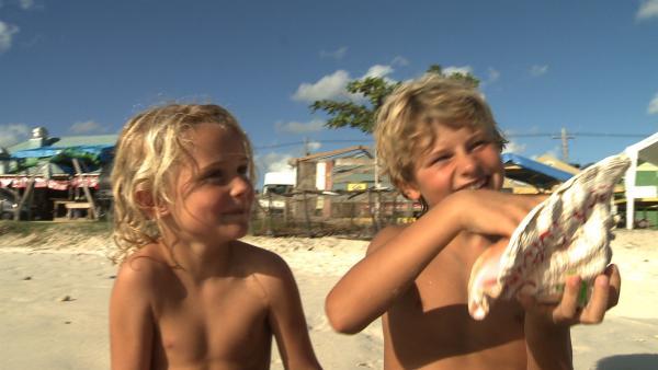 Merla und Leo staunen über die riesigen Muscheln. | Rechte: SWR/Tonix Pictures GmbH