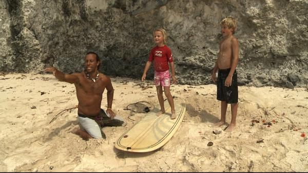Merla und Leo wollen im warmen karibischen Meer reiten lernen – und zwar auf Wellen. Ihr Freund Brian zeigt Ihnen, was man dabei beachten muß. | Rechte: SWR/Tonix Pictures GmbH