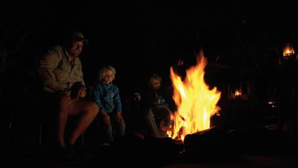 Zusammen mit dem Ranger Rian machen sich Leo und Merla auf Spurensuche in der Savanne. | Rechte: SWR/Tonix Pictures GmbH