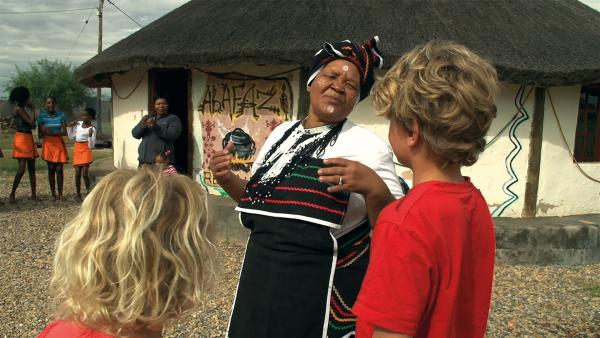 Was für ein aufregender Tag: Merla und Leo sind zu einem großen Fest bei den Xhosa eingeladen. | Rechte: SWR/Tonix Pictures GmbH