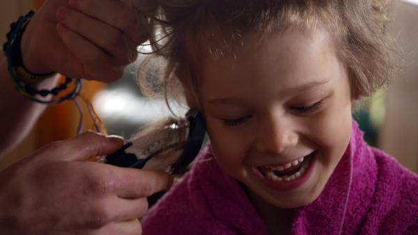 Axels bekommt eine neue Frisur von Papa geschnitten. | Rechte: KiKA/nrk 2013