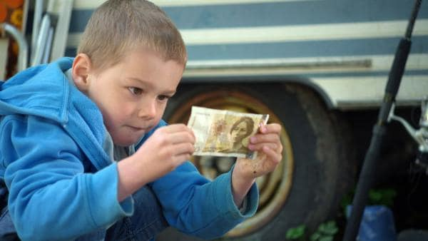 Axel findet beim Spielen einen Geldschein. | Rechte: KiKA/nrk 2013