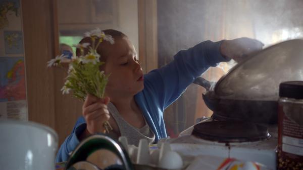 Mama kommt zu Besuch und Axel rettet das Essen, das gerade anbrennt. | Rechte: KiKA/nrk 2013