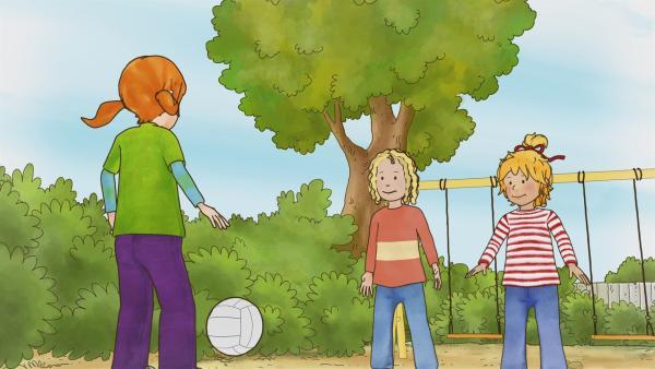 Schon am Umzugstag erwartet Conni eine Überraschung. Auf dem nahegelegenen Spielplatz trifft sie Anna, die ihre neue Freundin wird und sogar in den gleichen Kindergarten geht wie Conni. | Rechte: ZDF/Henning Windelband/Youngfilms GmbH