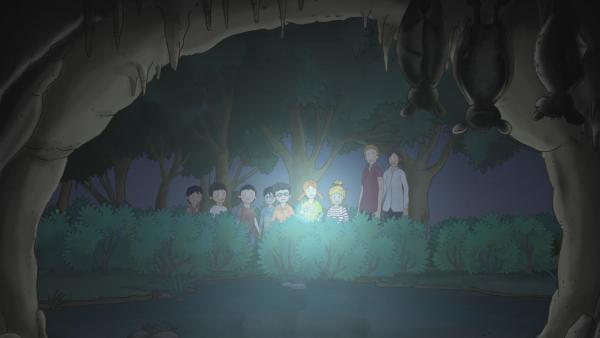Conni und ihre Freunde Simon und Anna halten den Atem an, als sie bei der Nachtwanderung mit ihrer Kindergartengruppe Fledermäuse in einer Höhle entdecken. | Rechte: ZDF/Henning Windelband/Youngfilms GmbH
