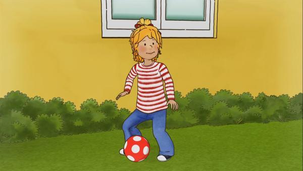 Conni möchte richtig Fußball spielen lernen. | Rechte: ZDF/Henning Windelband/Youngfilms GmbH