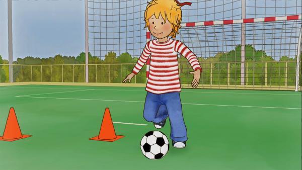 Conni lernt schnell, sie kann sogar den Ball schon um die Hütchen führen. | Rechte: ZDF/Henning Windelband/Youngfilms GmbH
