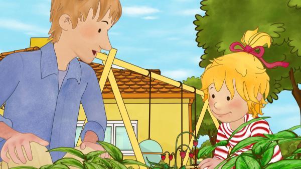 Conni und Papa freuen sich über Wilderdbeeren. | Rechte: ZDF/Henning Windelband/Youngfilms GmbH