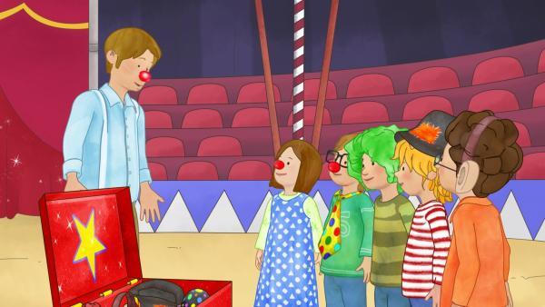 Clown Fred verrät den Kindern seine Clown-Tricks. | Rechte: ZDF/Henning Windelband/Youngfilms GmbH