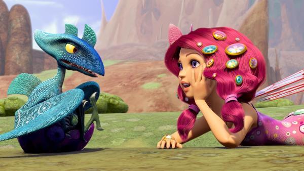 Mia begrüßt den Kleinen Drachen Baby Blue.   Rechte: ZDF/2012 Lucky Punch/Rainbow/March Ent.