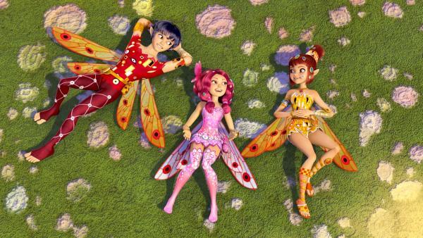 Mo (li.), Mia (Mi.) und Yuko (re.) ruhen sich für einen Moment aus, bevor sie das Orakel in den Wald schickt. Doch Mo möchte nicht mitkommen. | Rechte: ZDF/2012 Lucky Punch/Rainbow/March Ent.
