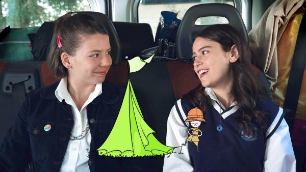 Mia (Rosabell Laurenti Sellers, re.) und Paula (Saphia Stoney, li.) sind auf dem Weg zum Campingplatz. | Rechte: ZDF/Carlo Valentini
