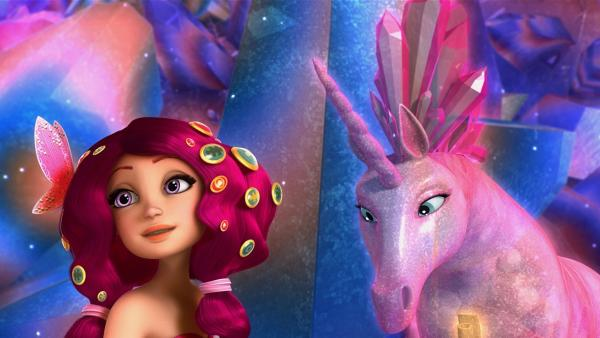 Tief im Inneren der Kristallgrotte finden Mia und ihre Freunde das Kristall-Einhorn und einen weiteren Ring der Einhorn-Krone. | Rechte: ZDF/Hahn & m4e Productions/Rainbow