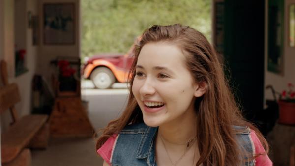 Mia (Margot Nuccetelli) kommt in Südtirol beim Pferdehof an, wo sie sich einen Urlaub in den Schulferien gebucht hat. | Rechte: ZDF/2017 Hahn & m4e Productions