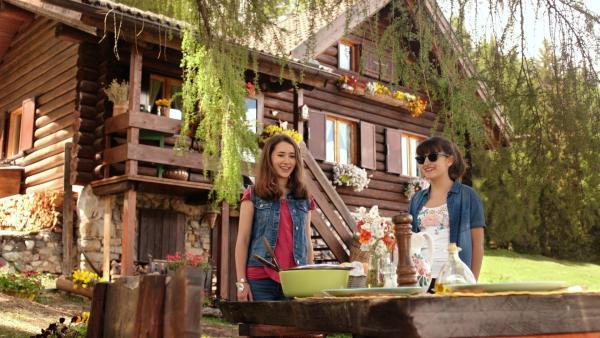 Mia (Margot Nuccetelli, l.) und Sara (Lucia Luna, r.) wollen Saras Mutter mit einem Abendessen überraschen. | Rechte: ZDF/2017 Hahn & m4e Productions