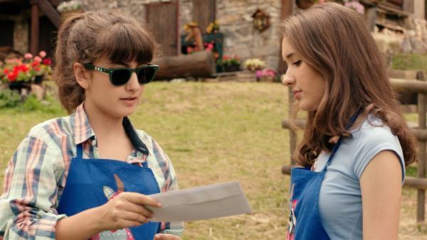 Der Briefträger bringt Sara (Lucia Luna, l.) einen Brief, den sie aber am liebsten gar nicht haben möchte. Er ist von ihrer Schule.   Rechte: ZDF/2017 Hahn & m4e Productions