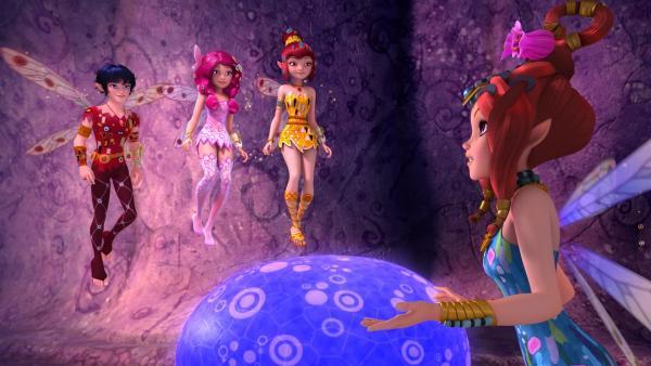 Mo (l.), Mia (2. v. l.) und Yuko (2. v. r.) suchen mit Kuki (r.) in der Höhle der Glühenden Steinpilze nach einem Herzkristall.   Rechte: ZDF/2017 Hahn & m4e Productions