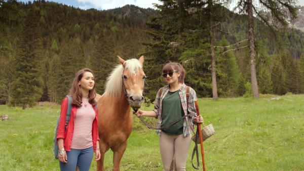 Mia (Margot Nuccetelli, l.) und Sara (Lucia Luna, r.) machen mit Peppino einen Ausflug in die Berge. | Rechte: ZDF/2017 Hahn & m4e Productions