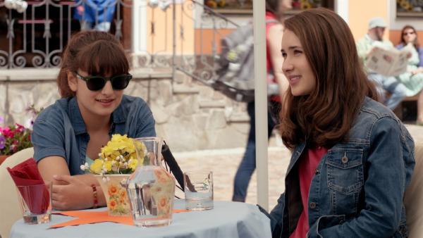Sara (Lucia Luna, l.) und Mia (Margot Nuccetelli, r.) machen einen Ausflug in die Stadt. | Rechte: ZDF/2017 Hahn & m4e Productions