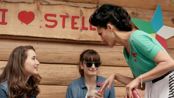 Abseits des Trubels in der Stadt genießen Mia (Margot Nuccetelli, l.) und Sara (Lucia Luna, r.) ihre Eisbecher. | Rechte: ZDF/2017 Hahn & m4e Productions