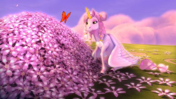 Kyaras Großmutter ist sanft eingeschlafen und hat sich in einen kleinen Hügel voll mit Blüten verwandelt. So lernt Kyara, dass nach dem Tod der Kreislauf des Lebens wieder von vorne beginnt. | Rechte: ZDF/2017 Hahn & m4e Productions
