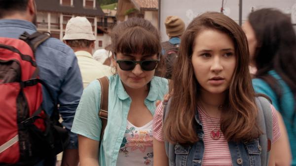 Sara (Lucia Luna, l.) und Mia (Margot Nuccetelli, r.) wollten eigentlich nur Eiscreme in der Stadt besorgen, doch dort wimmelt es nur so von Touristen. | Rechte: ZDF/2017 Hahn & m4e Productions