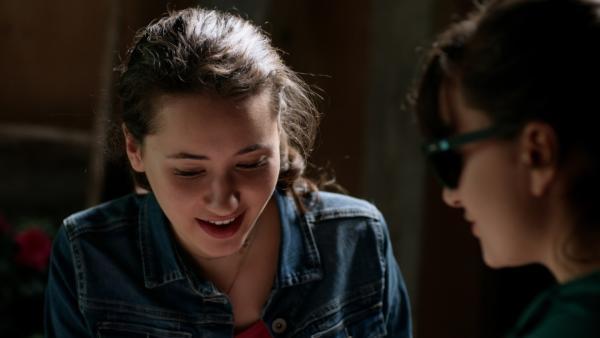 Mia (Margot Nuccetelli, l.) ist froh, dass Sara (Lucia Luna, r.) nun eingeweiht ist und über Centopia Bescheid weiß.   Rechte: ZDF/2017 Hahn & m4e Productions