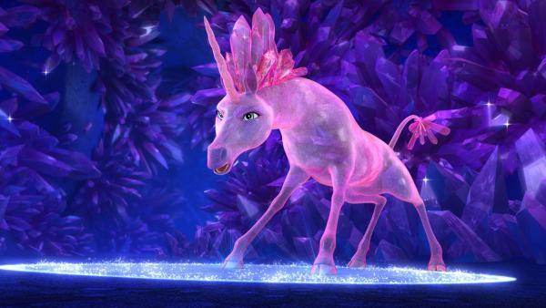 Das Kristall-Einhorn hilft den Elfen, mit dem Herzkristall wieder aus der Höhle zu kommen, deren Eingang von Nachtranken umwachsen ist. | Rechte: ZDF/2017 Hahn & m4e Productions