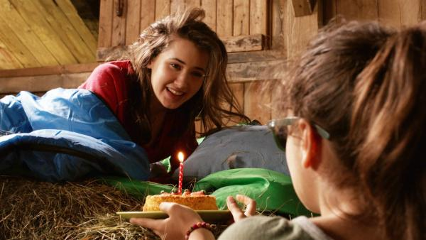 Sara (r. Lucia Luna)  überrascht Mia (l. Margot Nuccetelli) zu ihrem Geburtstag mit einer kleinen Torte. | Rechte: ZDF/2017 Hahn & m4e Productions