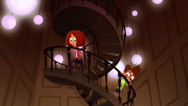 Lola und Luke schleichen heimlich in Miss Moons Zimmer.   Rechte: KiKA/Safari de Ville/TF1/PGS Entertainment