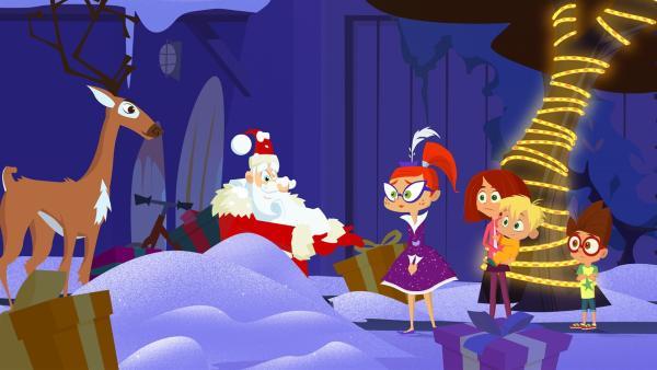 Der Weihnachtsmann hat vor dem Haus der McGuffles eine Bruchlandung hingelegt.   Rechte: KiKA/Safari de Ville/TF1/PGS Entertainment