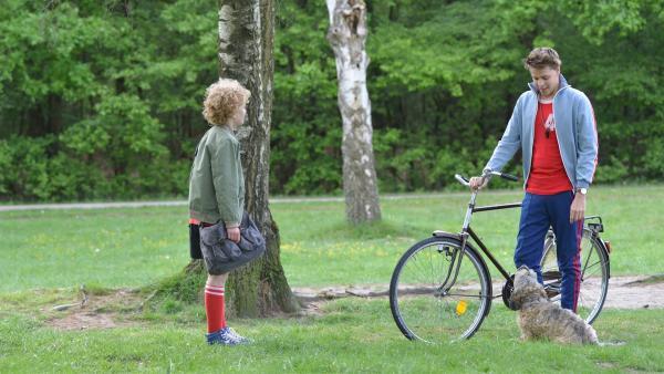Tobias (Jelle Stout, l,) trifft seinen Lehrer Herrn Kees (Leendert de Ridder, r.) im Park und fragt ihn, ob die Umbauarbeiten in seinem Haus alle erledigt sind. | Rechte: ZDF / Jaap Vrenegoor
