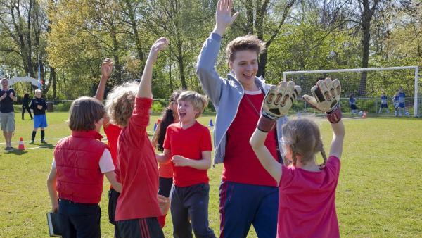 Das Fußballteam der Klasse 6b ist begeistert. Es hat das Spiel gewonnen. | Rechte: ZDF / Victor Arnolds