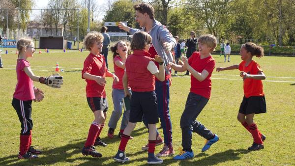 Herr Kees (Leendert de Ridder, M.) und sein Fußballteam der Klasse 6b bejubeln ihren Sieg. | Rechte: ZDF / Victor Arnolds