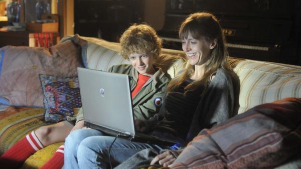 Tobias (Jelle Stout, l.) schaut mit seiner Mutter (Elisa Beuger, r.) zusammen Videos an, in denen sein verstorbener Vater beim Fußballspielen zu sehen ist. | Rechte: ZDF / Jaap Vrenegoor