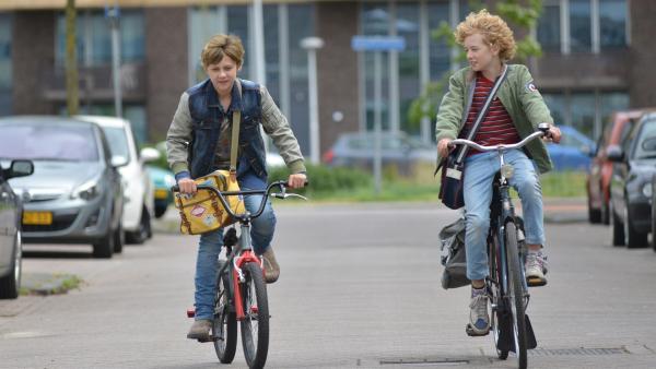 Sep (Ole Kroes, l.) und Tobias (Jelle Stout,r.) diskutieren auf dem Heimweg, welcher Beruf Tobias interessieren könnte. Beim  Zukunftsprojekt in der Schule sollen alle Schüler einen Berufswunsch vorstellen.   Rechte: ZDF / Jaap Vrenegoor