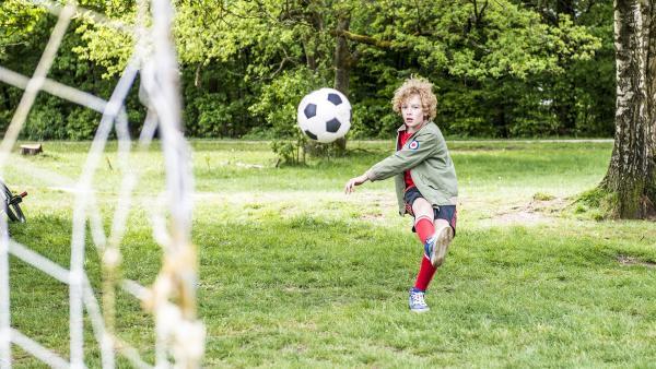Tobias versucht, einen Ball ins Tor zu schießen, doch leider geht jeder Ball daneben. So kann die Klasse 6b das Schul-Fußballturnier nicht gewinnen.   Rechte: ZDF / Victor Arnolds