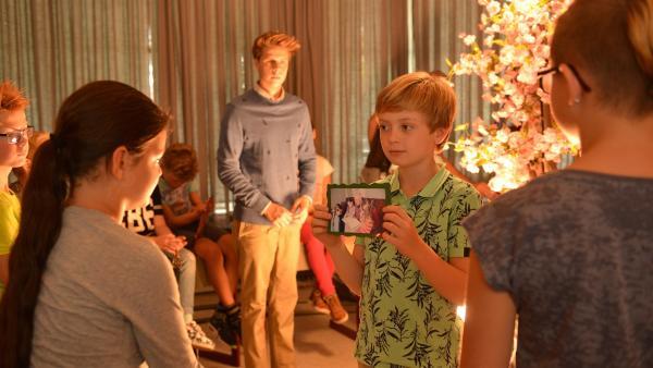Sammy  (Jack Meershoeck, 2.v.r.) zeigt seinen Klassenkameraden ein Bild von seinem Großvater. Er hatte ihm und seinen Geschwistern früher immer vorgelesen. | Rechte: ZDF / Jaap Vrenegoor