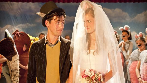 Lehrer Kees (Willem Voogd, l.) ist im siebten Mäusehimmel: Er darf seine Angebetete (Hannah Hoekstra, r.) heiraten, wenn auch nur auf der Bühne.   Rechte: ZDF/Victor Arnolds