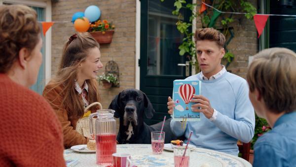 Mattes Kees (Leendert de Ridder, 2.v.r.) hat Geburtstag und packt gerade das Geschenk von Marie Louise (Ellie de Lange, 2.v.li.) aus. Es ist ein Gutschein für einen Ballonflug. Mattes weiß nicht, ob er sich freuen soll, denn er hat schlimme Höhenangst. Seine Mutter (Raymonde de Kuyper, l.) und Tobias (Imme Gerritsen, r.) bemerken seinen Schrecken. | Rechte: ZDF/PV Fiction/Jaap Vrenegoor