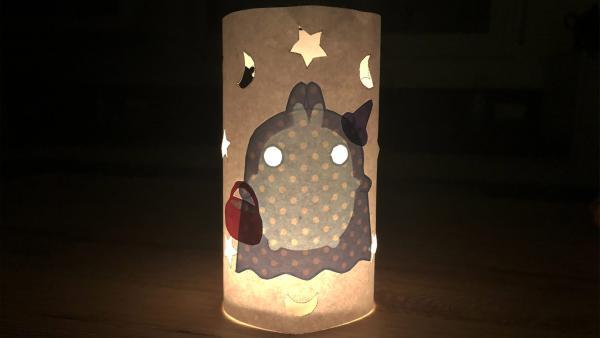 Das Windlicht im Dunkeln mit einer angezündeten Kerze. | Rechte: KiKA