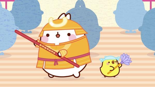 """Molang probiert das Kostüm eines Samurai an. Als ein Drache auftaucht, wird auch sofort """"Samurai"""" Molang gerufen.   Rechte: hr/Millimages"""
