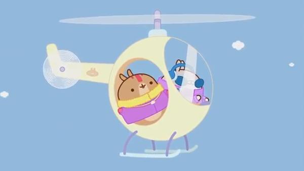 Ein brauner und ein grauer Hase fliegen in einem Helikopter. | Rechte: KiKA