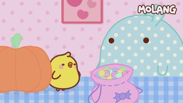 Piu Piu steht neben einem Kürbis. Molang ist als Geist verkleidet und trägt ein gepunktetes Bettlaken. | Rechte: hr/Millimages