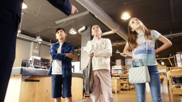 V.l.: Tayfun (Mohamad Fares), Nadja (Sarah Fares) und Julia (Mia Küenzlen) stoppen den Ladendetektiv. | Rechte: KiKA/Domenik Schuster